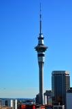 天空塔在奥克兰新西兰 库存照片