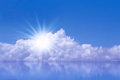 天空太阳海背景 免版税库存图片