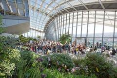 天空庭院内部看法  与位于第35楼的环境美化的庭院,伦敦的为特定目的建造的玻璃心房2017年 库存照片