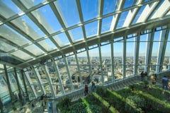 天空庭院是玻璃复盖的心房 它对公众,探索伦敦,英国的看法游人开放, 2017年 免版税库存照片