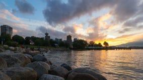 天空时间间隔在温哥华的BC从日落的螃蟹公园的到蓝色小时4k里 股票录像