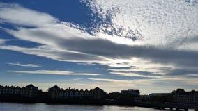 天空明亮的云彩太阳河 免版税库存图片