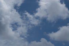 天空是漂浮在天空的一朵小云彩 免版税库存图片