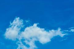 天空是漂浮在天空的一朵小云彩 库存照片