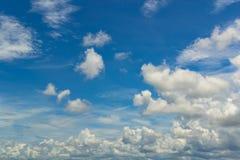 天空是漂浮在天空的一朵小云彩 免版税库存照片
