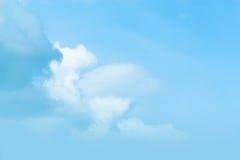 天空是漂浮在天空的一朵小云彩 图库摄影