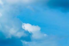 天空是漂浮在天空的一朵小云彩 库存图片