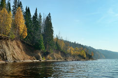 天空森林草甸小山河秋天,秋天 库存图片