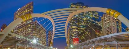 天空步行连接在曼谷中心商务区  库存照片