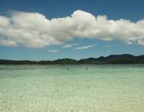 天空海山和两个游人 免版税库存图片