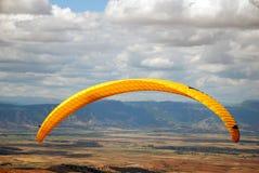 天空滑翔伞Macedo的执行 免版税库存照片