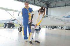 天空潜水者的准备降伞在飞机棚 图库摄影