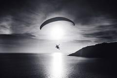 天空潜水者飞行在海湾的日落 北京,中国黑白照片 免版税库存图片