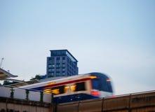 天空火车到达的Ekkamai bts驻地 免版税图库摄影