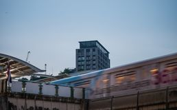 天空火车到达的Ekkamai bts驻地 库存照片