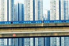 天空火车和跟踪系统在一个现代邻里 免版税库存图片