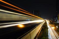 从天空火车的抽象加速度速度行动光迷离在晚上 免版税库存照片