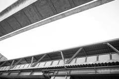 天空火车绿色天桥走道和uner视图在曼谷, Th 免版税库存图片