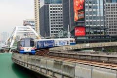 天空火车运输在曼谷和高大厦城市在背景 免版税库存图片