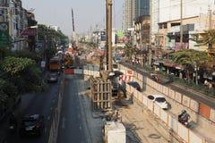 天空火车BTS Kaset紫罗兰色线建设中在曼谷 免版税库存照片