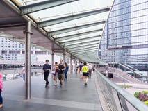 天空的人们在香港中央走  免版税库存图片