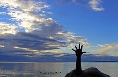 天空的伸手可及的距离在Balatonfured巴拉顿湖,匈牙利 库存照片