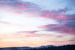 天空的剧烈的着色 美好的日落 库存图片