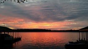 天空的升在船坞之间 库存图片