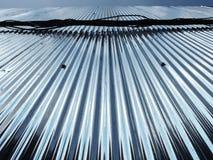 从天空的反射到被镀锌的铁 免版税库存图片