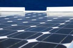 天空的反射在太阳能电池或光致电压的模块,光致电压的模块背景的可再造能源的,绿色能量 免版税图库摄影