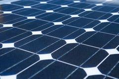 天空的反射在太阳能电池或光致电压的模块,光致电压的模块背景的可再造能源的,绿色能量 免版税库存照片