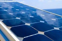 天空的反射在太阳能电池或光致电压的模块,光致电压的模块背景的可再造能源的,绿色能量 免版税库存图片