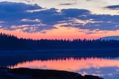 天空的反射在朝阳前的 免版税库存图片