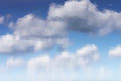 天空的反射在水中 免版税库存照片