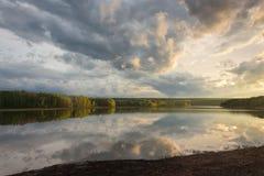 天空的反射水的光滑的表面上的 免版税库存照片