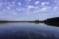 天空的湖与蓝色反射和青山 库存照片