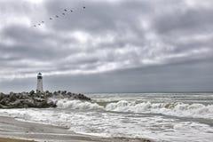天空的灯塔,当多暴风雨的天气时 库存照片