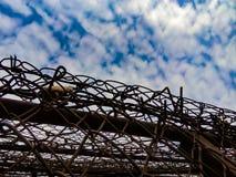 天空的看法与云彩的由于铁丝网 图库摄影