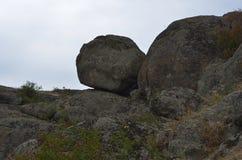 天空的看法从峡谷的 行动 反对天空的石头 图库摄影