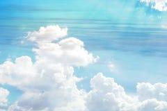 天空的看法是在太阳的光芒击穿的颜色和白色云彩的绿松石 免版税库存图片
