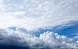 天空的秀丽与云彩的和太阳 免版税库存图片