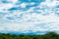 天空的秀丽与云彩的和太阳 免版税图库摄影