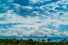 天空的秀丽与云彩的和太阳 免版税库存照片