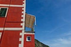 天空的红色房子 免版税库存图片