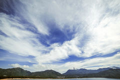 天空的美丽的景色在山和海滩的 免版税库存照片