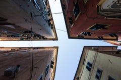 天空的视图在热那亚之间缩小的胡同的  免版税库存照片