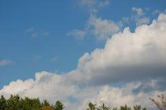 天空看法与大云彩的 库存照片