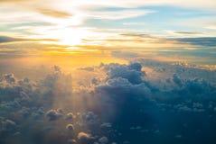 天空看法与美丽的云彩的 免版税库存图片