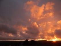 天空着火在这个中间夏天晚上在奥尔堡,丹麦 免版税图库摄影