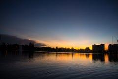天空背景和水设计的反射元素 库存图片